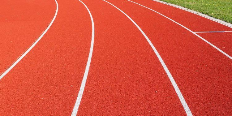Bild einer Tartanlaufbahn in einem Leichtathletikstadion