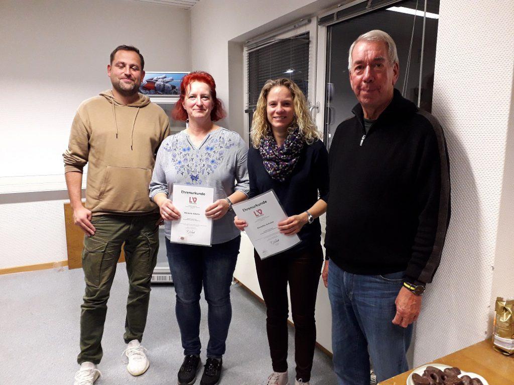 Der Vorsitzende der Regionsjugend Tim Husel, Melanie Adams (MTG Horst), Annette Schulz (Gehörlosen TSV) und Knut Jendruck (Spartenleiter Leichtathletik) bei der Übergabe der Ehrenurkunden vom LVN für den Einsatz im Sport.