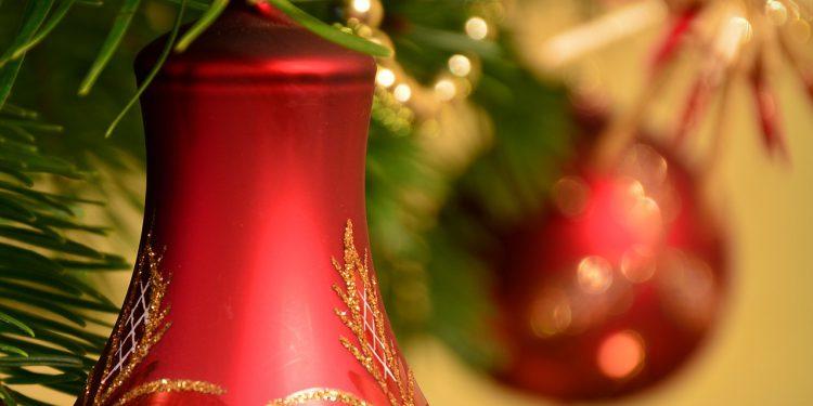 Bild eines Weihnachtsbaums mit Kugel und Baumschmuck